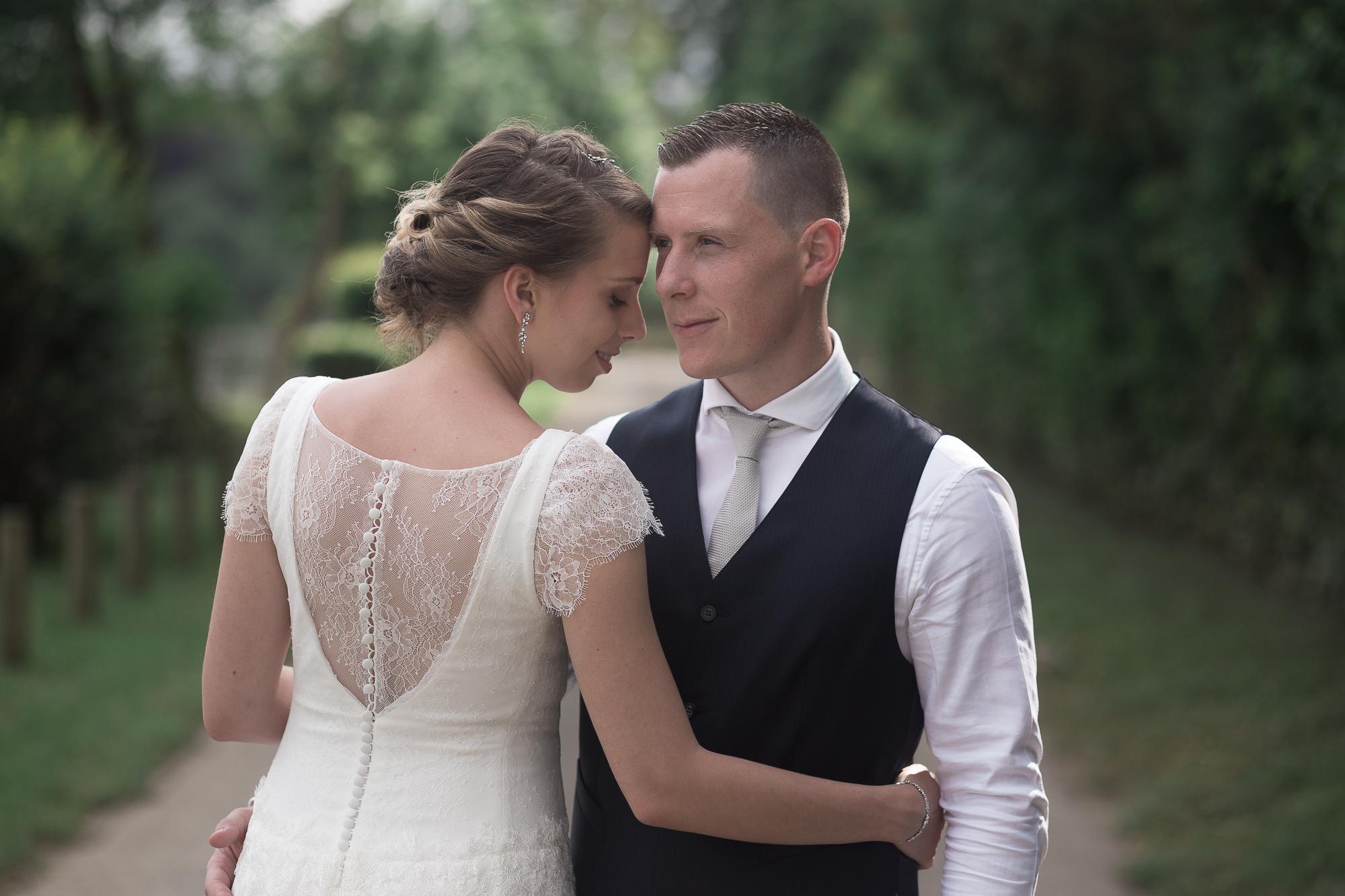 photos de couple mariage thème champêtre chic robe dentelle gilet bleu marine